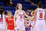 Белорусская баскетболистка Ксения Малашко (в центре)