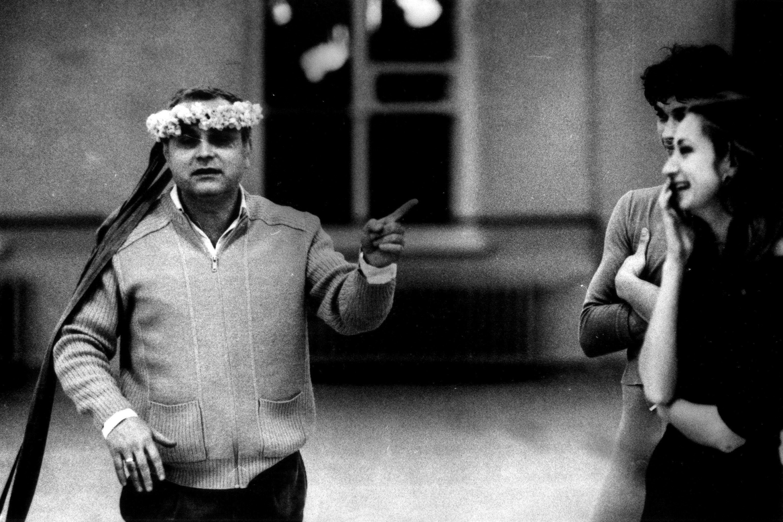 Елизарьев в ходе репетиции с артистами балета