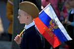 Мальчик на торжественном митинге