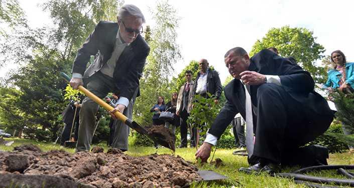 Юрий Соломин посадил сирень в Ботаническом саду