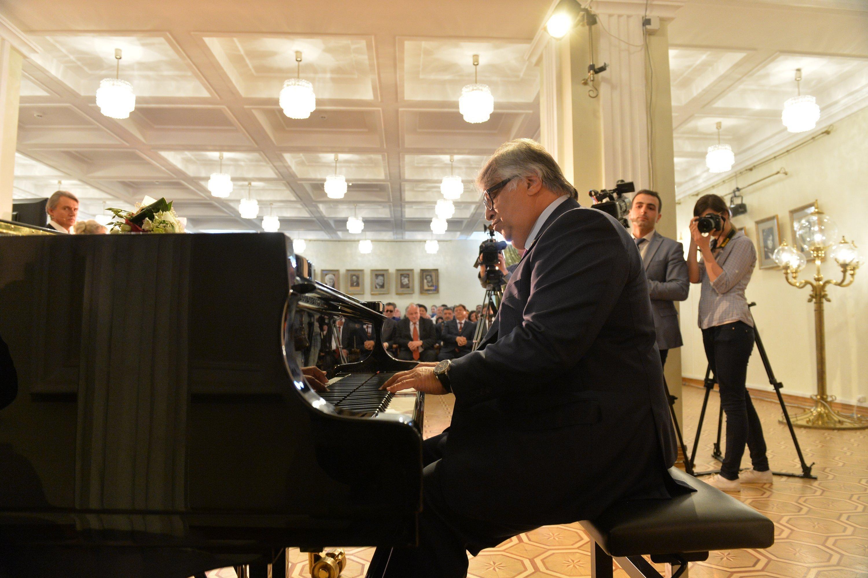 Лауреат премии азербайджанский пианист Фархад Бадалбейли