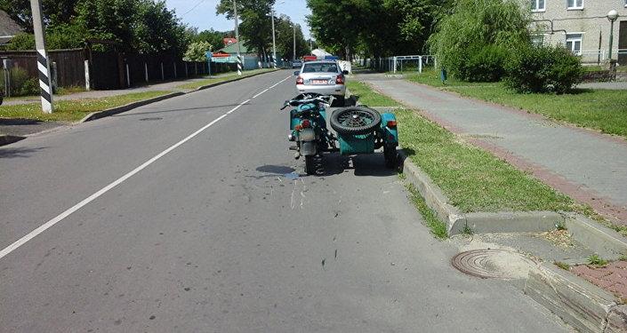 Мотоцикл на месте ДТП в Белозерске