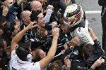 Механики команды Mercedes GP приветствуют победителя Гран-при Канады
