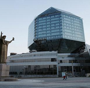 Здание Национальной библиотеки и памятник Франциску Скорине