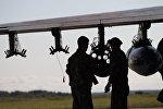 Военнослужащие у самолета Су-25 авиационной группы Военно-воздушных сил Беларуси