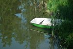 Лодка на реке, архивное фото