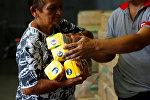 Женщина покупает муку в гипермаркете в Каракасе