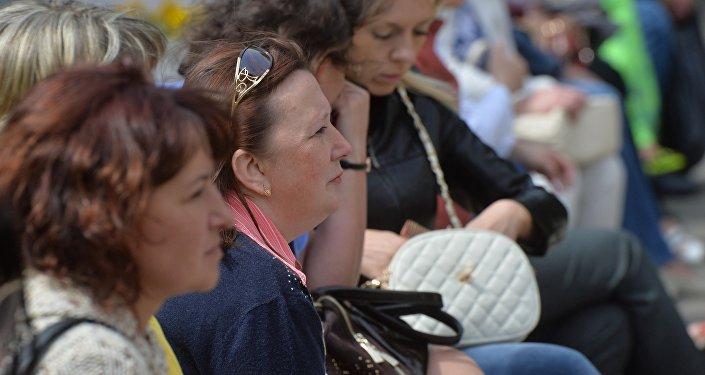 Мамы, якія чакаюць дзяцей з ЦТ каля будынку БДУ