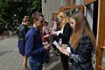 Абитуриенты в очереди на ЦТ по русскому языку