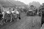 Советские войска проходят через деревню Молочанка в Западной Белоруссии