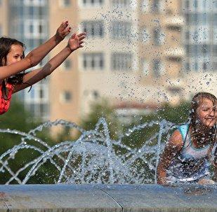 Девочки в фонтане, архивное фото