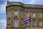 Кубинский флаг возле здания посольства Кубы в США