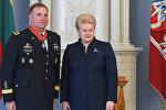 Глава Литовской Республики Даля Грибаускайте и командующий вооруженными силами США в Европе генерал-лейтенант Бен Ходжес