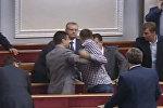 СПУТНИК_Депутаты Верховной рады подрались во время пленарного заседания