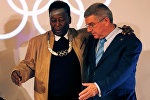 Бразильский футболист Пеле и президент МОК Томас Бах