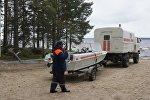 Сотрудник МЧС РФ на озере Сямозеро в Карелии, где погибли дети