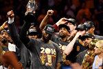 Баскетболист Кливленд Кавальерс Лебро Джеймс (в центре) с призом самому ценному игроку