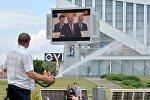 Минчане слушают выступление Лукашенко