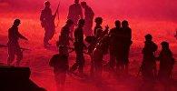 Реконструкторы принимают участие в инсценировке битвы Второй мировой войны на Линии Сталина в День Независимости