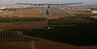 Самолет на солнечных батареях Solar Impulse 2 перед приземлением