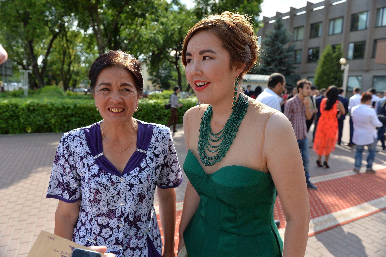 Поддержать дочь-выпускницу из Узбекистана приехала мама