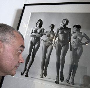 Фотография Хельмута Ньютона и посетитель выставки.