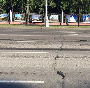 Асфальт на проспекте Независимости после прохождения военной техники