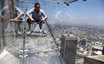 Стеклянная горка на американском небоскребе