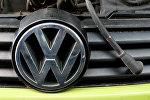 Логотип Volkswagen на фальш-решетке автомобиля