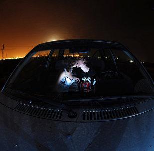 Парень и девушка целуются в автомобиле. Архивное фото