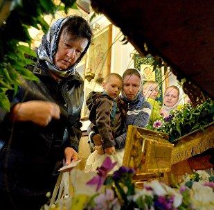 Верующие поклоняются ковчегу с частицей Ризы Господа Иисуса Христа