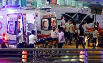 Кареты скорой помощи после теракта в турецком аэропорту