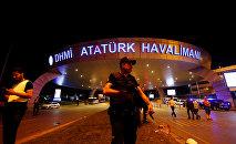 Турецкая полиция в аэропорту Ататюрка (Стамбул)