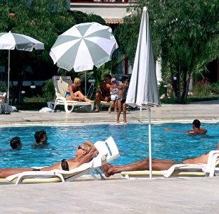 Туристы у бассейна в Турции, архивное фото