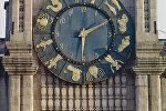 Часы на башне Казанского вокзала в Москве