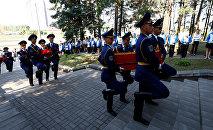 Белорусские солдаты несут гробы с останками жертв концлагеря Шталаг-352