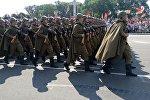Военнослужащие в форме времен ВОВ на параде 3 июля в Минске