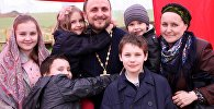 Священник Павел Сердюк с супругой Верой и детьми