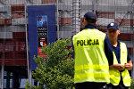 Сотрудники польской полиции перед Национальным стадионом - месте проведения НАТО