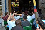 Футбольные фанаты в кафе Салоников