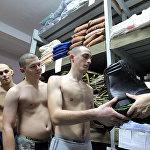 Призывники получают военную форму на складе бригады