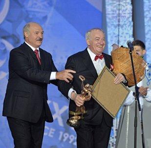 Александр Лукашенко віншуе Міхаіла Фінберга