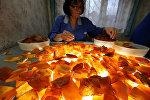Производство изделий из янтаря на Янтарном комбинате в Калининградской области