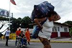 Венесуэлка несет баул с купленными в Колумбии товарами. Архивное фото