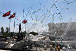 Разбитое стекло в здании полиции в Анкаре