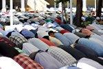 Люди на пятничной молитве в мечети в Кахраманмарас, Турция