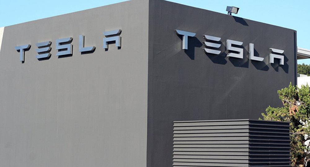 Логотип компании Tesla Motors на здании ее завода