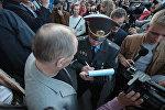 Сотрудник милиции составляет в отношении Статкевича протокол