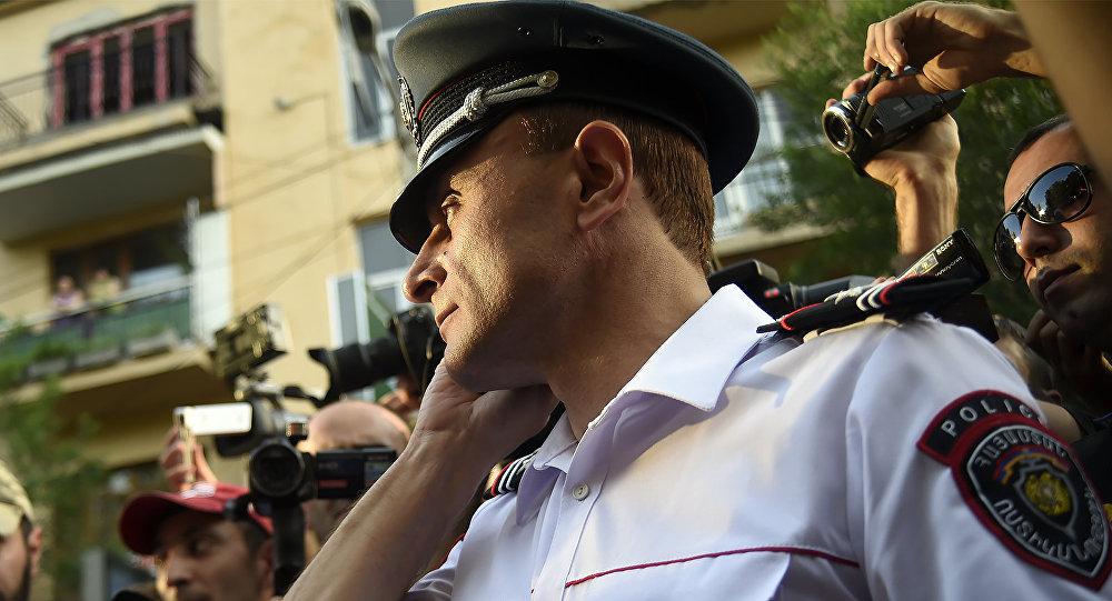 Президент Армении призывает захвативших полк ППС лиц сложить оружие исдаться