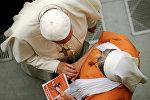 Папа римский Франциск беседует с монахиней